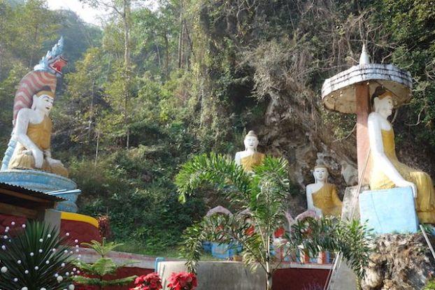Mythologie bouddhistes et Bouddha dans le temple de temple de Kawt Ka Taung a Hpa-An photo blog voyage tour du monde http://yoytourdumonde.fr