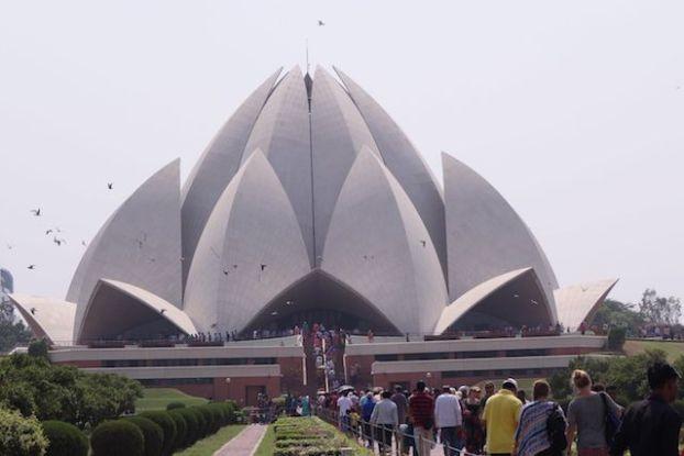 Le Bahai Lotus Temple à New Delhi est très jolie et me fais penser à l'Opera de Sydney. Photo blog voyage tour du monde http://yoytourdumonde.fr