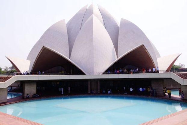 Le Bahai Lotus Temple à New Delhi invite toutes les personnes de toutes les religions à venir prier. Photo blog voyage tour du monde http://yoytourdumonde.fr