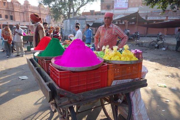 vendeur de couleur pour la fete de holi en inde du cote de jodhpur voyage tour du monde photo blog http://yoytourdumonde.fr