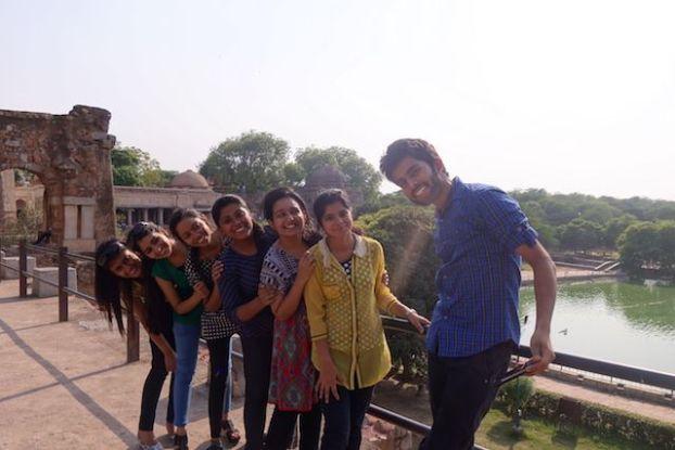 Inde: Photo de groupe avec des jeunes indiens du coté de Hauz Khas Village dans le centre de New Delhi photo blog voyage http://tourdumnde.fr