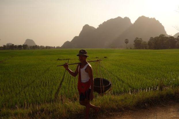 les paysans rentrent à la maison apres avoir travailler à hpa-an photo blog tour du monde http://yoytourdumonde.fr