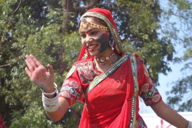 les touristes du coté de jodhpur pendant la fete de holi peuvent voir un festival magnifique avec des vetements indiens des regions et decouvrir la gastronomie indienne phoot blog voyage tour du monde http://yoytourdumonde.fr