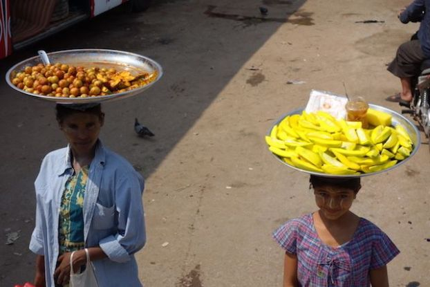 vente de fruits dans les bus et stations de bus en birmanie ou Mawlamyine photo blog voyage tour du monde http://yoytourdumonde.fr