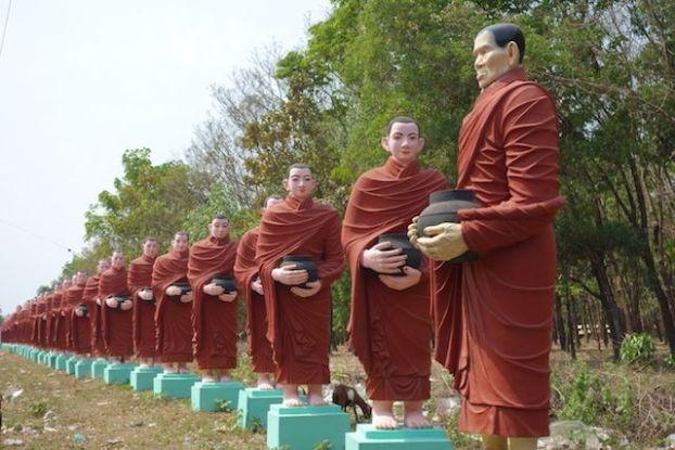 Statues de moines bouddhistes du coté de Mawlamyine pour decouvrir le plus grand bouddha allongée du monde photo blog voyage http://yoytourdumonde.fr
