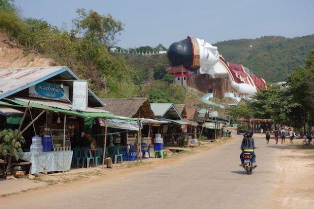 Le plus grand bouddha du monde se trouve en Birmanie dans la ville de Mawlamyine photo blog voyage tour du monde http://yoytourdumonde.fr