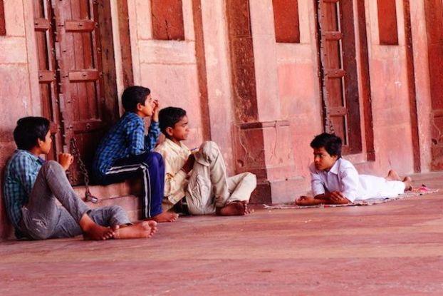 Il y a différentes façons de venir dans la Mosquée Jama de Fatehpur Sikri en Inde entre tourisme et commerce. Photo blog voyage tour du monde http://yoytourdumonde.fr