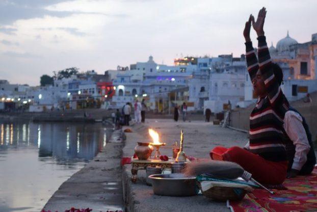 Offrandes et prieres à Pushkar dans le nord de l'Inde. Photo blog http://yoytourdumonde.fr