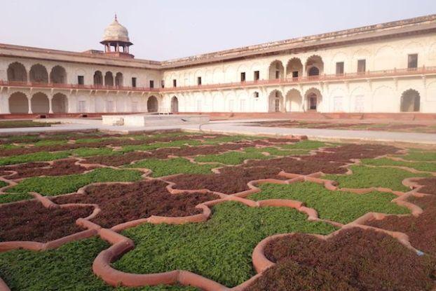 A l'interieur du fort Agra en Inde vous pouvez decouvrir de magnifique baitments et jardin photo blog voyage tour du monde http://yoytourdumonde.fr