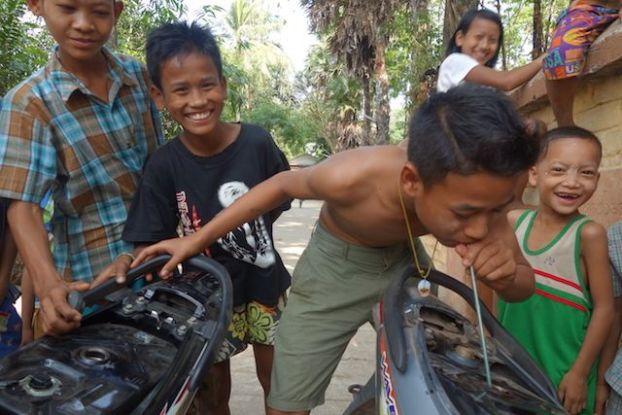 aide d'un jeune birman en lui donnant de l'essance pour qu'il reparte photo blog voyage http://yoytourdumonde.fr