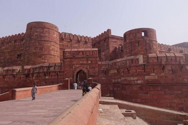Superbe entrée du fort agra en inde voyage tour du monde http://yoytourdumonde.fr