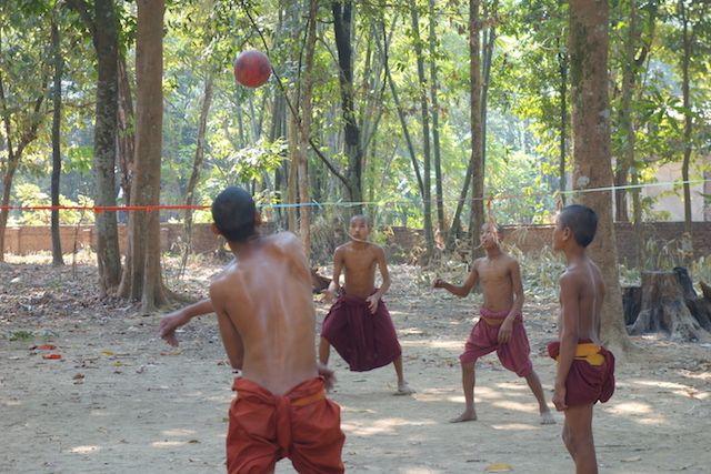 Des jeunes moines bouddhistes jouent au volley ball pres d'une temple bouddhsite du coté de l'ile de l'Ogre photo voyage tour du monde http://yoytourdumonde.fr