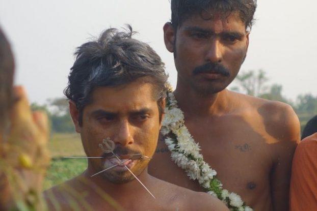 ceremonie hindouiste avec un fidele qui s'automitile la langue avec les insignes de shiva photo blog tour du monde http://yoytourdumonde.fr