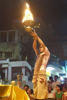 Ceremonie avec des religieux hindouistes du coté de Varanasi. Photo blog: http://yoytourdumonde.fr