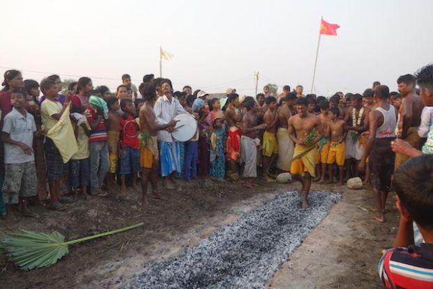 Lorsque les indiens marchent sur les braises la temperature est de 700 degres ceremoinie hindouiste photo blog voyage tour du monde http://yoytourdumonde.fr