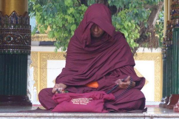 Un moine bouddhiste entrain de mediter dans La Pagode Shwedagon il ressemble cependant un a acteur de star wars photo blog tour du monde http://yoytourdumonde.fr