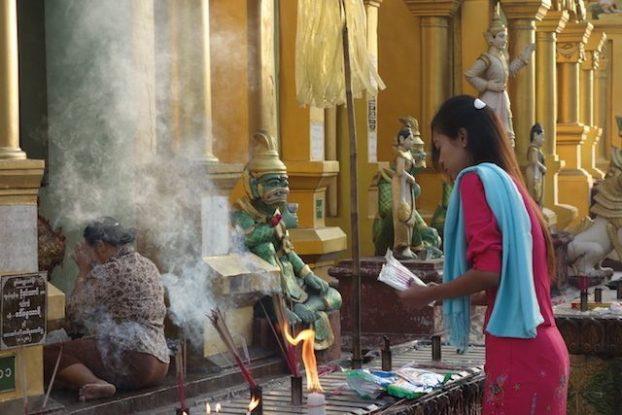 C'est dans la La Pagode Shwedagon qu'il y aurait 8 cheveux du dernier Bouddha mais aussi des anciens Bouddhas la ferveur du bouddhisme a yangon est bien reelle photo blog voyage tour du monde http://yoytourdumonde.fr