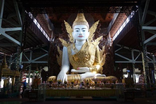 Voici un Bouddha assis magnifiquement decoré et surtout avec de tres belle sculpture en bois a découvrir du coté du temple de Nga Htat Gyi Pagoda photo blog voyage tour du monde http://yoytourdumonde.fr