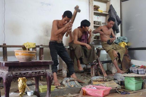 Des travailleurs en actions du coté du quartier de feuilles d'or à Mandalay, travail tres fatiguant photot blog voyage tour du monde http://yoytourdumonde.fr