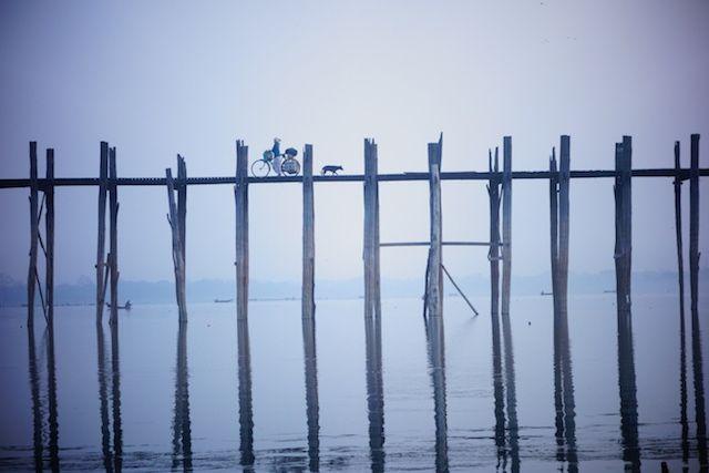L'un des plus celebres pont du monde se trouve en birmanie, le pont U Bein non loin de mandalay photo blog voyage tour du monde http://yoytourdumonde.fr