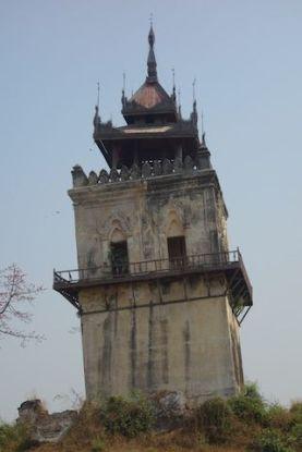 Vestige d'Inwa ancienne capitale de birmanie avec la tour du guet photo blog voyage tour du monde http://yoytourdumonde.fr