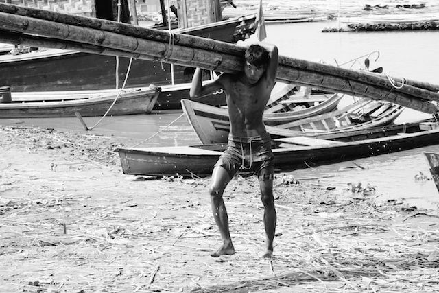 Un birman en plein travail dans un cadre tres difficile du coté de Mandalay photo blog voyage tour du monde http://yoytourdumonde.fr