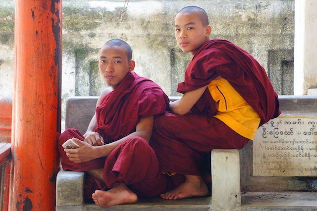 J'ai eu la chance de croiser ces moines bouddhistes dans un temple de Mandalay photo voyage tour du monde http://yoytourdumonde.fr
