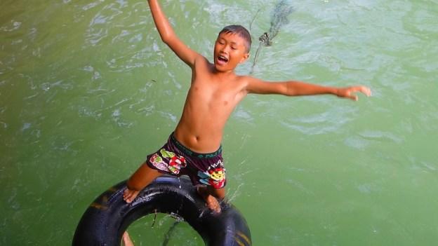 Le tubing est une activité favorite des locaux et des touristes au Laos à Vang Vien. Photo tour du monde blog http://yoytourdumonde.fr