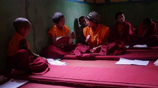 classe jeunes moines bouddhistes photo blog voyage tour du monde. http://yoytourdumonde.fr