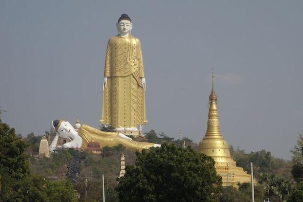 La statue de Bouddha mesure plus de 130m de haut soit le plus grand bouddha du monde debout photo blog voyage tour du monde http://yoytourdumonde.fr