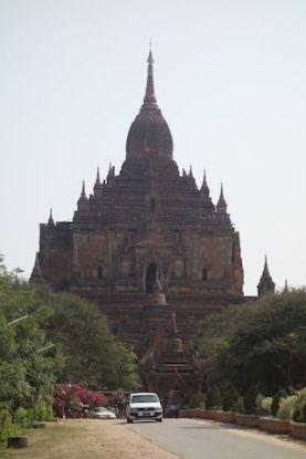 Le Dhammayangy Temple est vraiment un temple imposant du coté de la cote archeologique de bagan au myanmar photo blog voyage tour du monde http://yoytourdumonde.fr