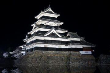 Chateau Matsumoto de nuit photo blog voyage tour du monde http://yoytourdumonde.fr