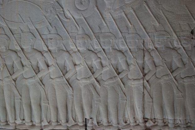 Des soldats en tenue de combat sur l'un des bas reliefs d'Angkor Vat. Photo blog http://yoytourdumonde.fr