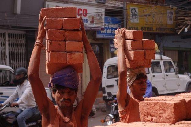 Des hommes travaillent du coté de Varanasi. Photo blog voyage tour du monde. http://yoytourdumonde.fr