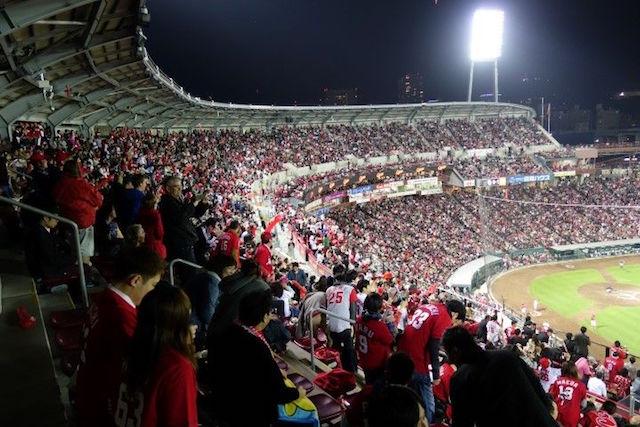 Le superbe stade de baseball d'Hiroshima. Photo voyage tour du monde http://yoytourdumonde.fr