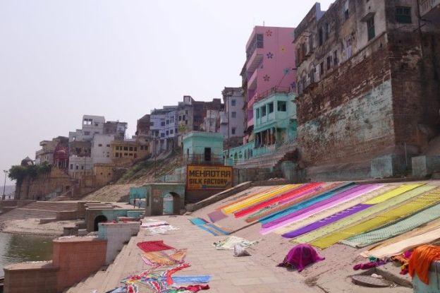 Le truc incroyable est que le matin les draps des hotels se font laver dans le Gange et secher au soleil sur les ghats! L'Inde quoi! Photo blog voyage tour du monde http://yoytourdumonde.fr