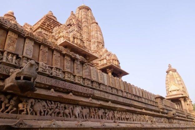 Temple à couper le souffle du coté de Khajuraho en Inde. Photo blog voyage tour du monde http://yoytourdumonde.fr