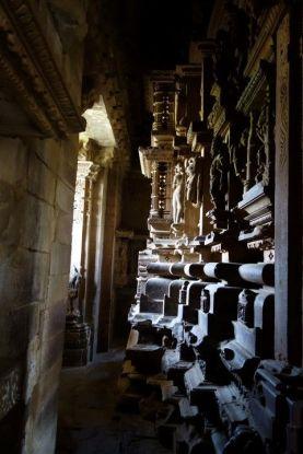 La beauté des temples de Khajuraho sont à l'exterieur des temples mais aussi à l'interieur. Photo blog voyage tour du monde http://yoytourdumonde.fr
