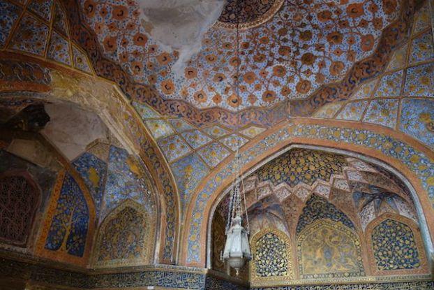 L'intérieur du Mausolée d'Akbar pres de Agra est tout simplement magnifique avec de très beaux motifs phot blog voyage tour du monde http://yoytourdumonde.fr