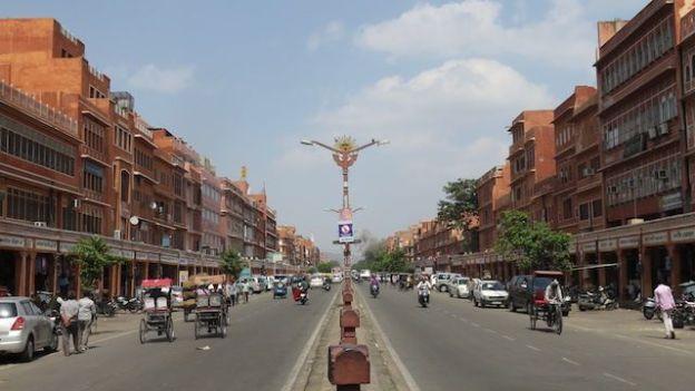 La ville rose Jaipur a une urbaniation revolutionnaire avec de larges avenue et construite en damier photo blog voyage tour du monde http://yoytourdumonde.fr