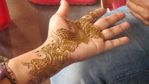 un petit tatouage pour quelques jours du cote de jaipur en inde capitale du rajasthan photo blog voyage http://yoytourdumonde.fr