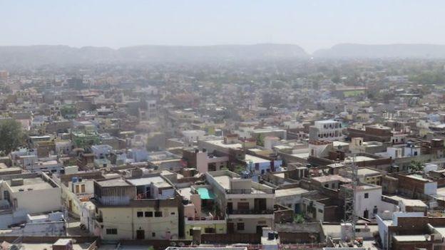 Le Iswari Minar Swarga Sal se dresse du haut de 35m pour voir une vision superbe de jaipur en inde photo voyage blog tour du monde http://yoytourdumonde.fr