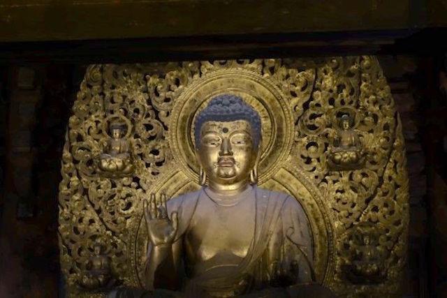 Une statue de bouddha dans un temple bouddhisme l'une des deux régions majoritaires au Japon phtot blog voyage tour du monde http://yoytourdumonde.fr