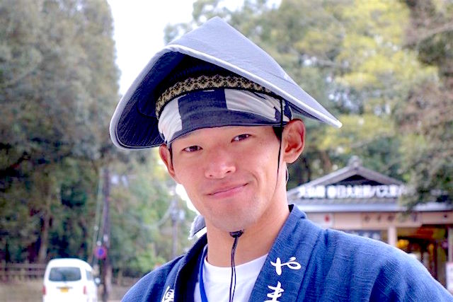 Tres beau japonais habillé en tenue traditionnel à Nara au Japon photo blog voyage tour du monde http://yoytourdumonde.fr