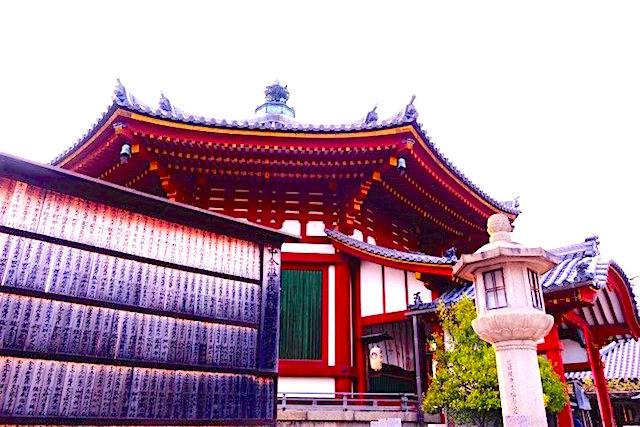 Magnifique temple octogonal à Nara au Japon photo blog voyage tour du monde http://yoytourdumonde.fr
