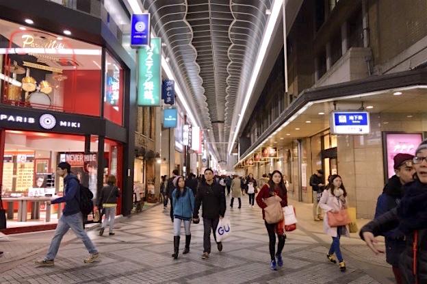 Shinsaibashi est une rue ou se trouve de nombreux magasins de vêtements à Osaka au Japon. Photo blog voyage tour du monde http://yoytourdumonde.fr