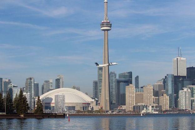 La tour CN est l'attraction de Toronto elle peut se monter et se visiter photo blog voyage tour du monde http://yoytourdumonde.fr