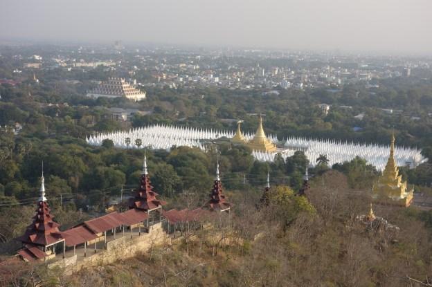 Vue au couché du soleil sur la Colline de Mandalay celle ou Bouddha est venu monter photo blog voyage tour du monde http://yoytourdumonde.fr