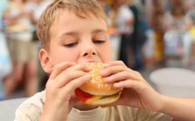 Η κατανάλωση πρόχειρου φαγητού (fast-food) στα παιδιά συνδέεται με φτωχότερες ακαδημαϊκές επιδόσεις
