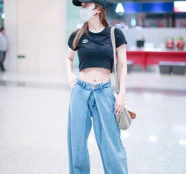 """?37-year-old Liu Yun dared to wear it! The big show at the airport, netizens:No thought about Zheng Jun's feelings She wore a short black T-shirt, showing her belly button. The blouse can be said to be a""""high artifact"""" for small girls! With wide-leg jeans, the feeling of looseness is very cool~? trendy style what to wear today"""